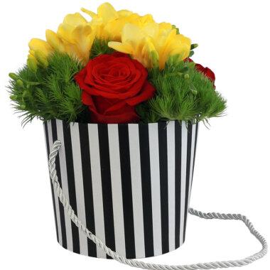 Florarie online - livrare - cutie flori - aranjament frezii trandafiri