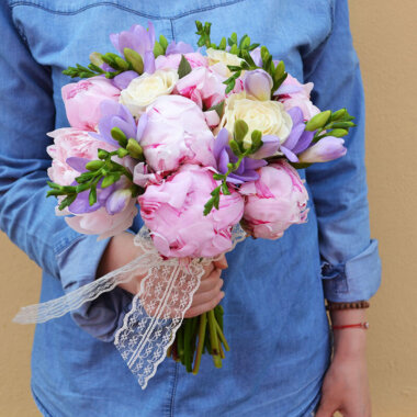 Bujori roz - Trandafiri - Frezii lila
