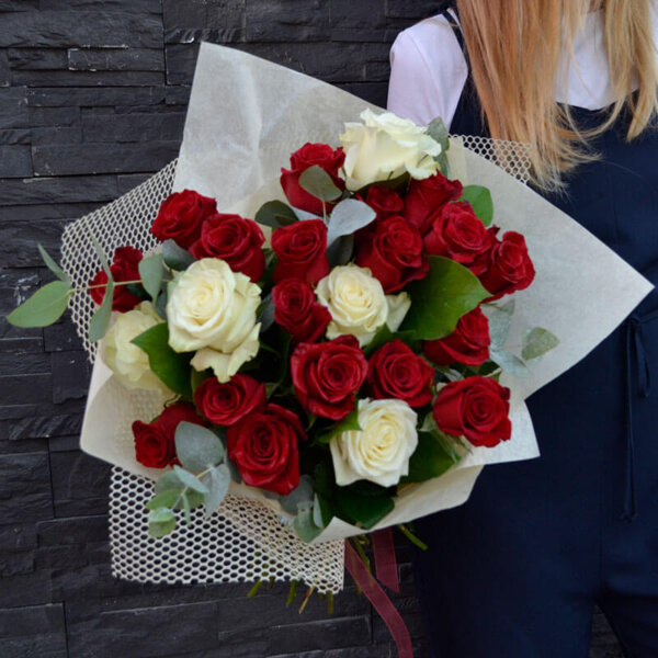 Buchet trandafiri rosii si albi - Bucuresti