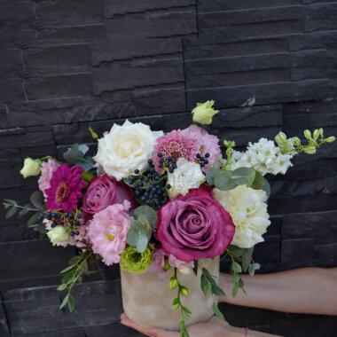 Cutie flori catifea crem - trandafiri - frezii