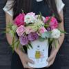Cutie flori intredeschisa trandafiri fucsia - garoafe