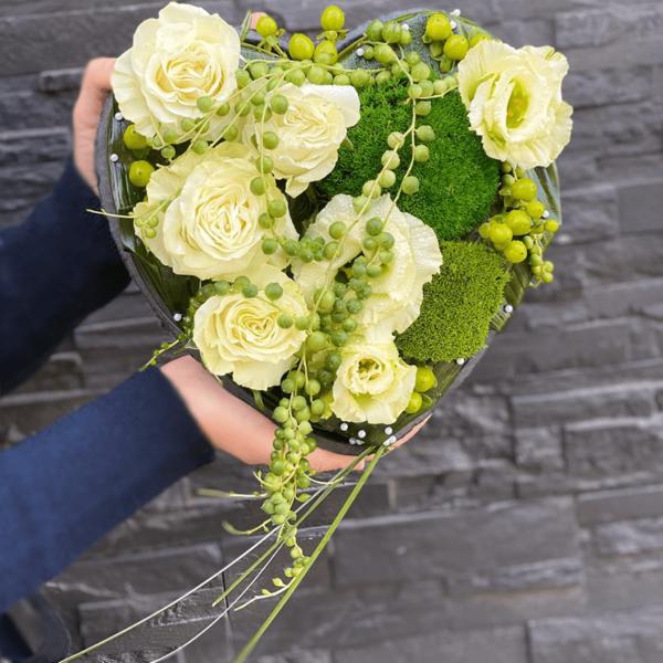Aranjament floral in suport inima